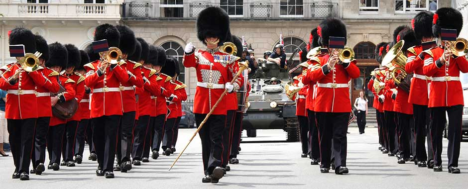 london-buckingham_palace_guards.jpg